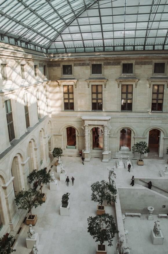 Piramida se nalazi iznad hodnika koji se pruzaju ka tri paviljona
