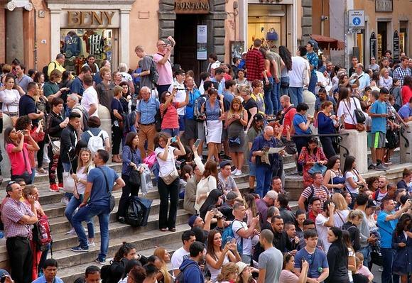 Među velikim gradovima koji se bore sa negativnim posledicama prekomernog turizma su Venecija, Rim, Pariz, Santorini, Maču Pikču i Dubrovnik