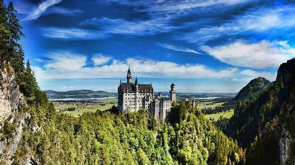 Švangau je bajkovito alpsko mesto iznad koga se izdiže jedan od najpoznatijih svetskih dvoraca