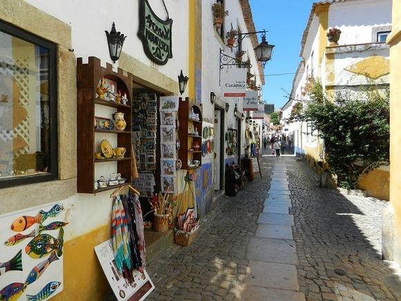 U glavnoj ulici Obidušasmešteni su brojni restorani i radnje