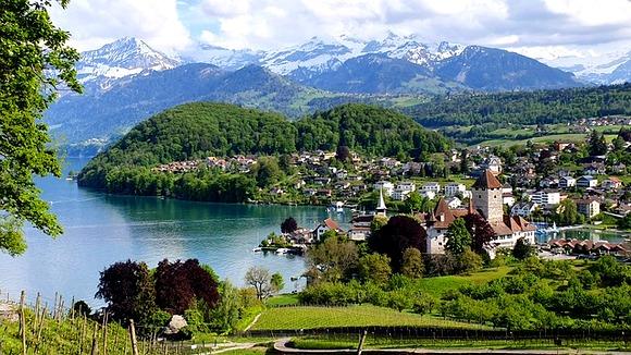 Špic je gradić na jezeru Thun u Švajcarskoj