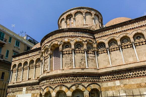 Među važnim crkvama izdvaja se Santissima Annunziata dei Catalani iz 12. i 13. veka
