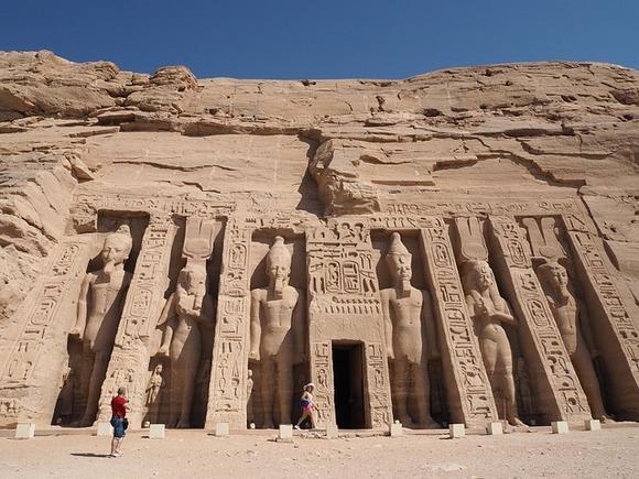 Na levoj obali Nila, u nekadašnjem Donjem Egiptu (u blizini današnje granice sa Sudanom), nalazi se Abu Simbel