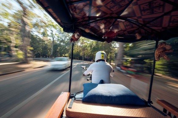 Dogovor sklopljen sa vozačem tuk-tuka čvrst je kao stena, obuhvata sve prevoze od hotela do centra grada i Angkora