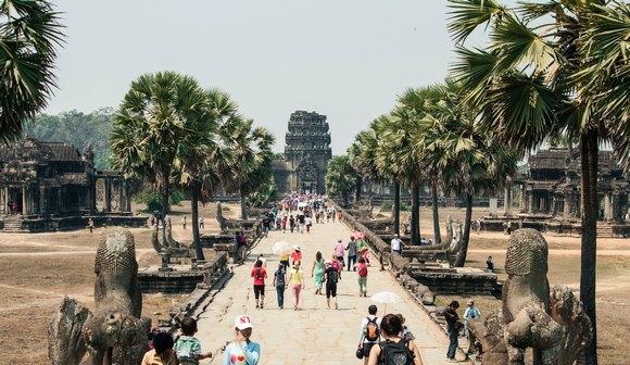 Pre nego što su postali budisti, stanovnici Angkora bili su hinduisti pa su tako i hramovi podizani u tradicionalnom građevinskom duhu poteklom u dolinama reka Ind i Gang