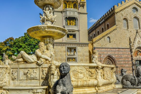 Grad krasi više monumentalnih fontana. Među najvažnijim je Orionova fontana iz 1547. godine pored katedrale