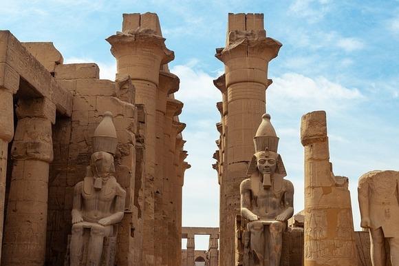 Karnak je selo udaljeno nekoliko kilometara od Luksora, u kome se nalazi severna polovina ostataka Tebe