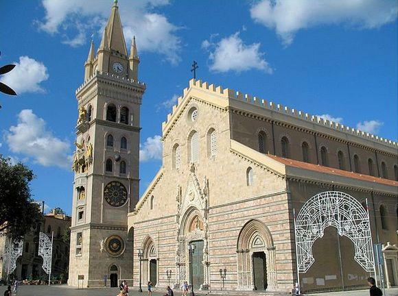 Mesina se može pohvaliti monumentalnom katedralom čiji zvonik krasi jedan od najvećih astronomskih satova na svetu