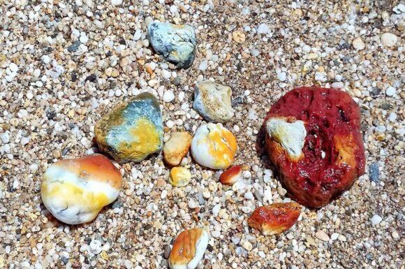 Postoji više od 70 plaža i oko 140 km obale. I svaka je plaža specifična i drugačija