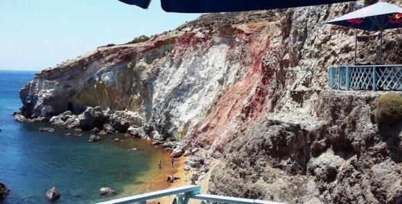 Na jugoistoku ostrva nalazi se fantastična plaža Paliohori, na oko 10 km od Adamasa, glavne luke na ostrvu