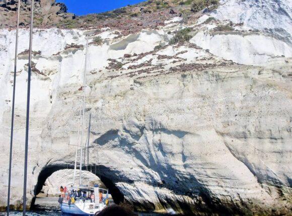 Jedno od najposećenijih mesta je pećina Sikija, prirodna pećina bez krova