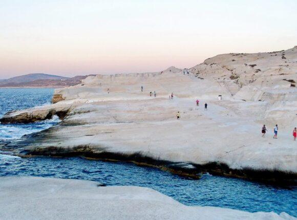 Na severnoj strani ostrva nalazi se jedna od najpopularnijih plaža i obeležja ostrva: Sarakiniko