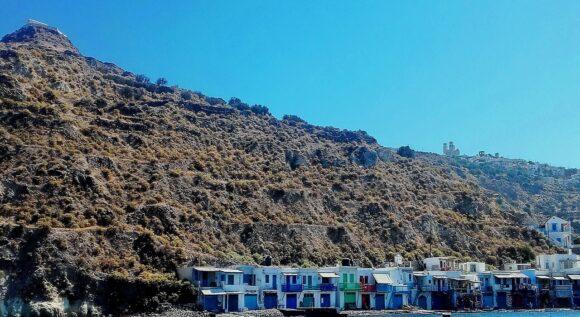 Klima je malo ribarsko seoce i nalazi se u neposrednoj blizini katakombi i ispod mesta Tripiti