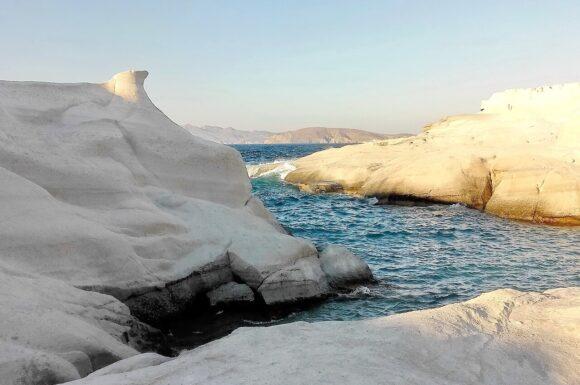 n, kupati se i roniti u kristalno čistoj vodi u podvodnim pećinama ispod belih dina povezanih lukovima. Tokom dana, Sarakiniko je blistavo bela površina. Ali kada sunce zalazi pogled je spektakularan