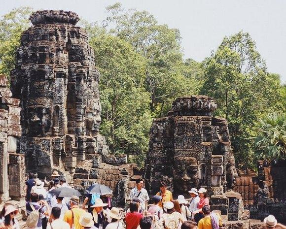 I danas, osam stotina godina nakon što je sagrađen, most kojim se prilazi južnoj kapiji Angkor Toma izgleda fascinantno