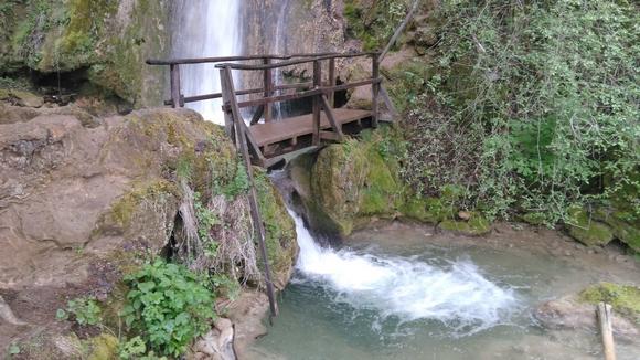 Do vodopada Velika Ripaljka može se doći automobilom dobrim asfaltnim putem prateći putokaz za specijalnu bolnicu Ozren