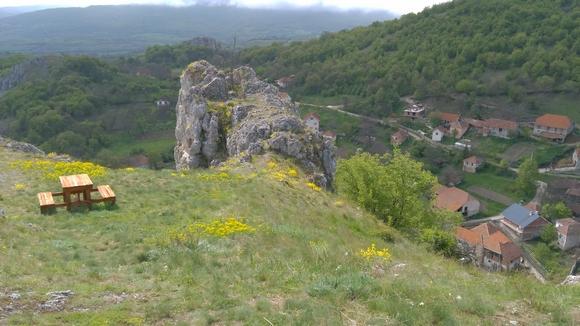 Ovo je jedno od retkih sela u Srbiji iz kojeg se stanovništvo ne iseljava, već se u njega doseljava