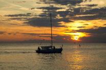 Zalazak sunca i čamac na moru